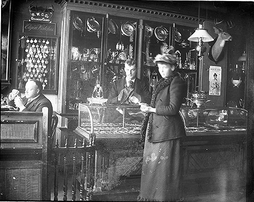 2006.0260.010-Store-clerks-